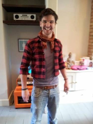 Эндрю в рубашке Бастера